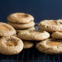 salted caramel gingerbread thumbprint cookies | Healthy-Delicious.com