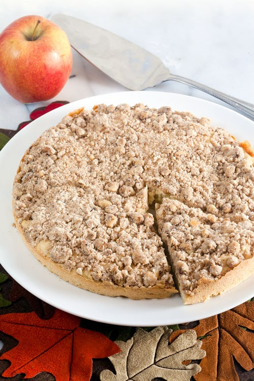 Apple Crumb Cake // @HealthyDelish